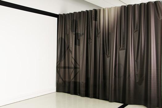 ALZ-112 le miroir noir, 2015, reproduction de l'exposition en cours de montage. Prise de vue par un miroir noir. impression sur bâche   3 x 7 . Exposition IGITUR, Université de Lettres du Mirail Jean Jaurès.