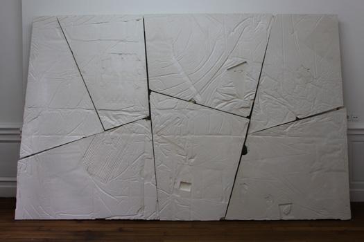 HIEROGLYPH 2016, moulages d'empreintes en négatif, plâtre. Châssis en bois et rails en alluminium. 3.40 x 2.30 m 2.40 x 1.90 m. Dans le cadre de l'exposition personnelle Slide Like An Egytian à l'Appartement / Galerie Interface, Dijon.