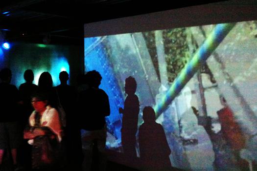 SL'LOM, 2014, vidéo en nuit américaine, 9'55''. Exposition : Cuesta Verde, Rémi Groussin  Festival international d'art de Toulouse 2014,  Pavillon Blanc, Colomiers.
