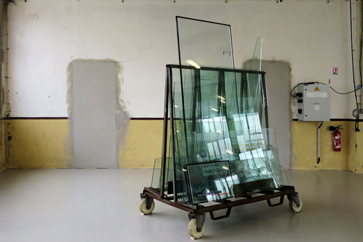 Vostfr, 2017  Sous-titres contrecollés sur plaques de verres et miroirs. Chassis en acier. 200 x 200 cm environ. dimension modulable. Installation in situe pour le festival d'Oodaaq, Rennes, Saint Malo et Nantes.