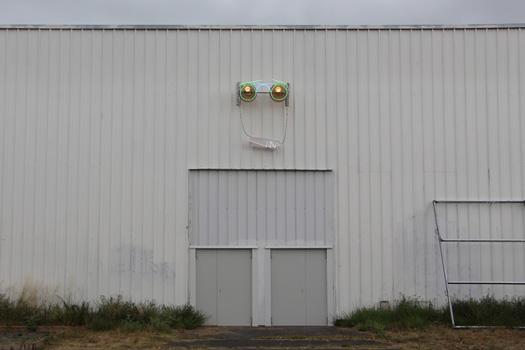 CL'IN, 2020, assemblage revisité d'anciennes enseignes lumineuses, néons, globes pvc et variateur électrique.  Exposition collective CODE QUANTUM à la fabrique Pola et  Zébra3 à Bordeaux.