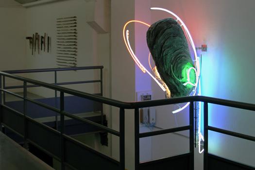 CRUE II, 2020, Rémi Groussin : Installation lumineuse clignotante et défectueuse: polystyrène expansé, peinture, néons et ballastes. 2.50 x 1.00 x 1.00 m.  Exposition collective Dangereuses Visions, Lieu Commun artist run space, Toulouse.