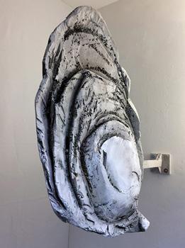 CRUE, 2017, Rémi Groussin. Enseigne d'huître. polystyrène expansé  et peinture aérographe. 100 x 100 x 30 cm. Exposition CRUE, Glassbox 11e à Paris.
