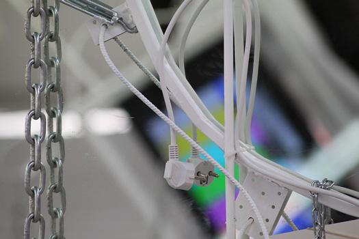 It's No Game 2017 Série : assemblage de ferronneries, verres, chaînes, câbles et multiprise. Impression sur bâche, vidéo, gravier et maquettes.  SPEED DATING, Lieu commun artist ru space, Toulouse