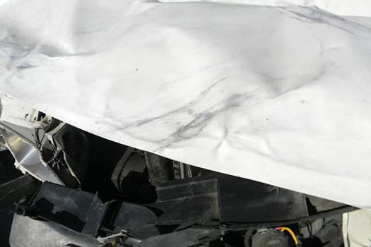 Pimp My Crashing Car, 2011, peinture à l'huile sur la carrosserie d'une  voiture accidentée. Réalisée par anne Baron-Cassin. Musée d'art moderne et contemporain Les Abattoirs.