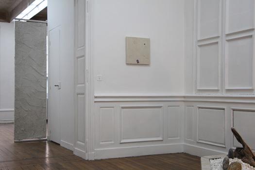 TRANSFER 2016, moulages d'empreintes en négatif et transfert d'impressions laser, plâtre. 0.40 x 0.40 m. Dans le cadre de l'exposition personnelle Slide Like An Egytian à l'Appartement / Galerie Interface, Dijon.
